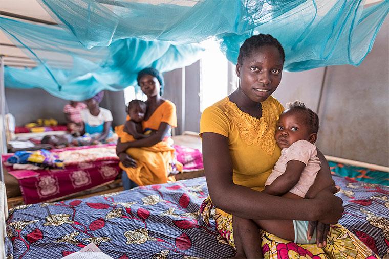 Mütter mit ihren Kindern im Krankenhaus in Bossembélé, Zentralafrikanische Republik